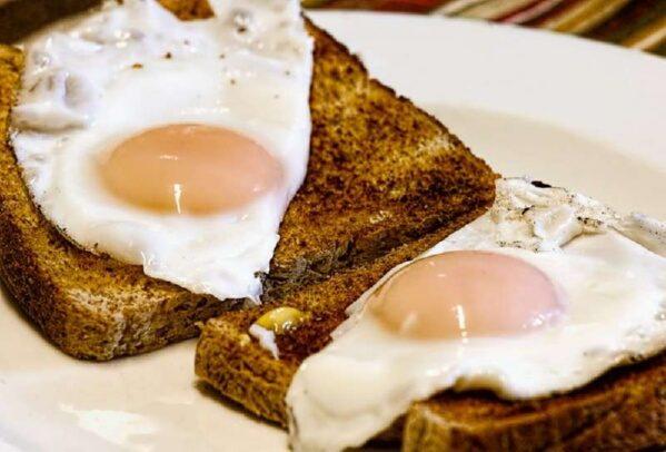 Почему необходимо съедать по 2 яйца в день