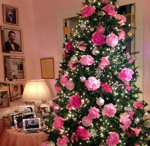 Новогодние ёлки, украшенные цветами