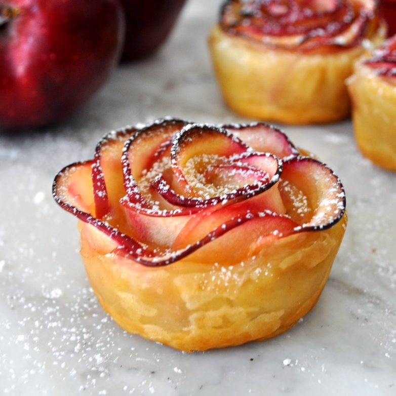 розочки из яблока пирог растягивают