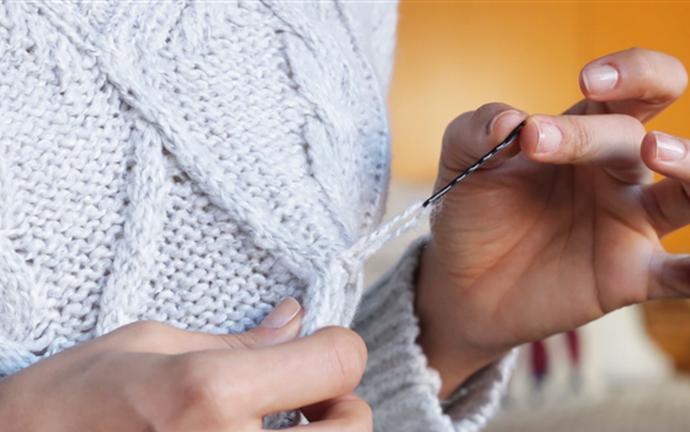 Убираем затяжку на свитере с помощью невидимки!