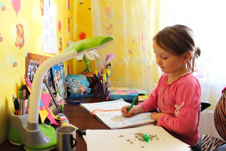 Ученица сосёт под столом во время урока 6 фотография