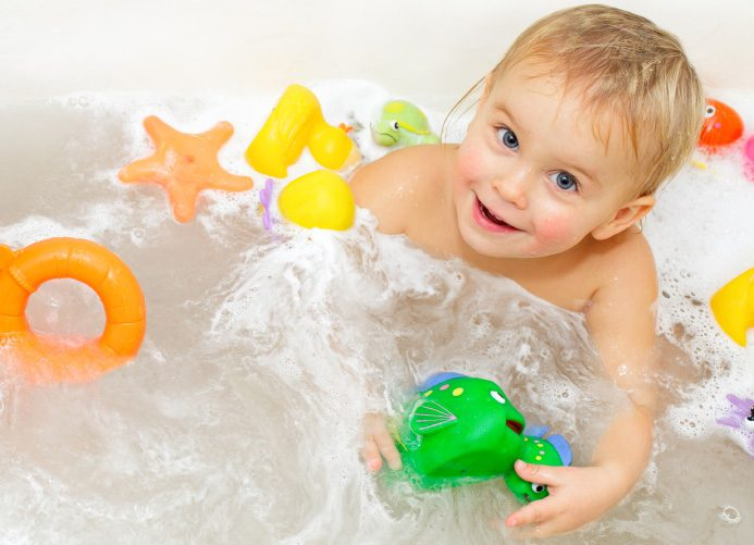 Что делать, когда ребенок боится купаться?