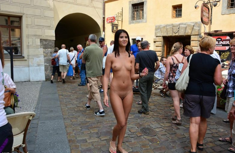 v-obshestvennih-mestah-erotika-video
