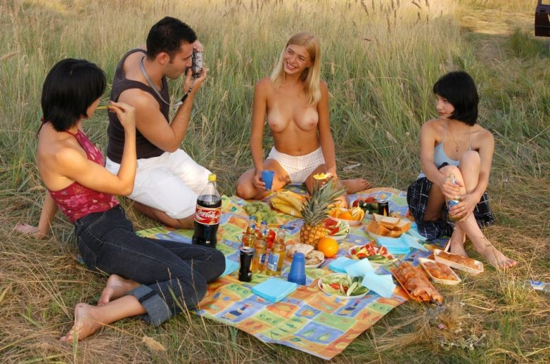 фильм девушки устроили голый пикник на природе видео любимого полезно время