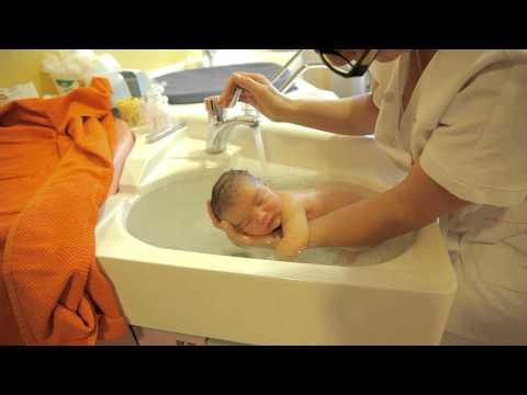 Когда купать новорожденного после выписки из роддома