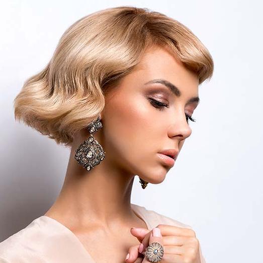 Модные праздничные причёски 2019