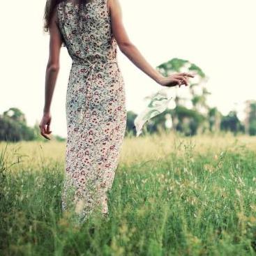 Как правильно носить платья в цветочек и не выглядеть простушкой