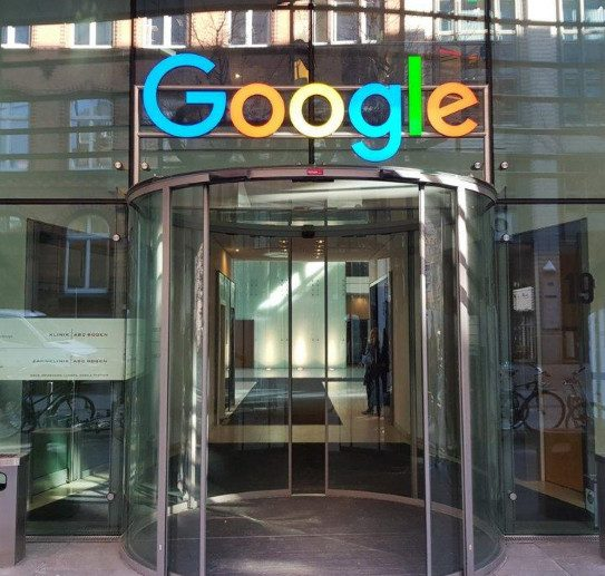 В офис Google пришли приставы, но их послали в США