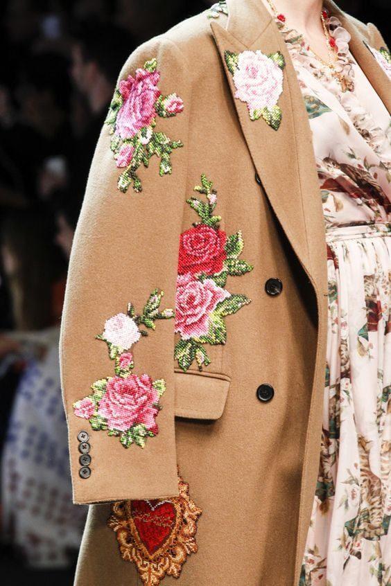 Яркие пальто с вышивкой
