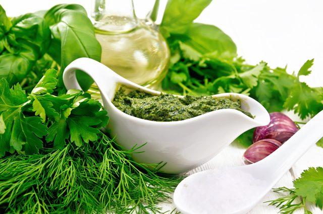 7 рецептов соусов и заправок из зелени на зиму