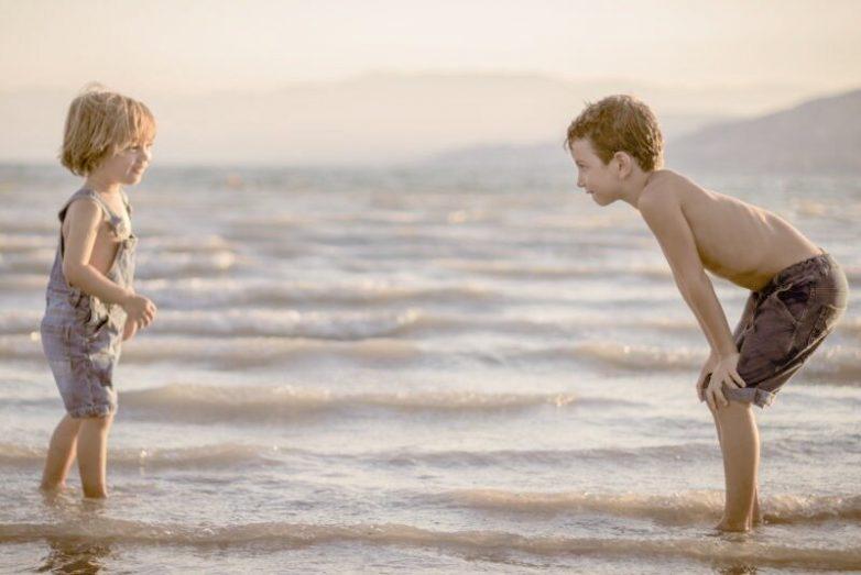 Почему не нужно говорить ребёнку: «Уступи ему, ты же старший!»