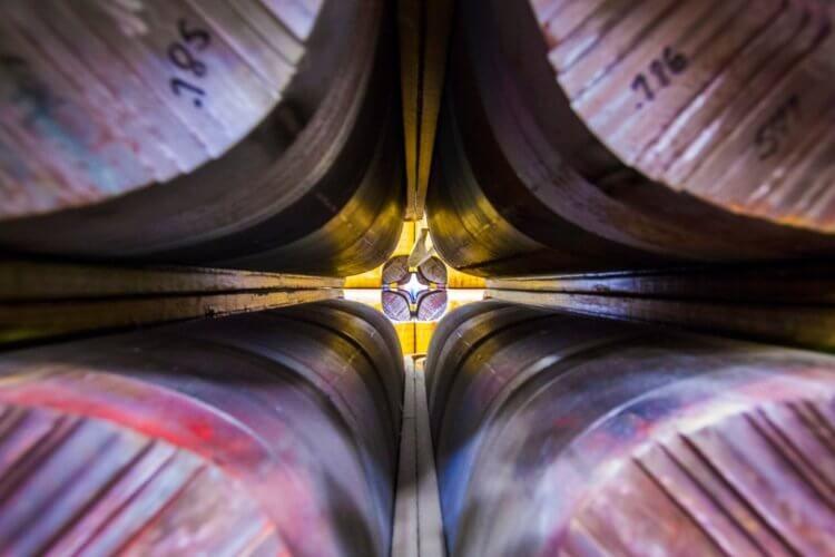 Как колебания крошечной частицы нарушают известные законы физики