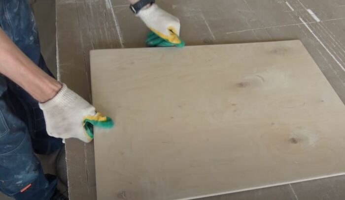 Элементарное самодельное устройство, которое позволит двигать мебель одним мизинцем