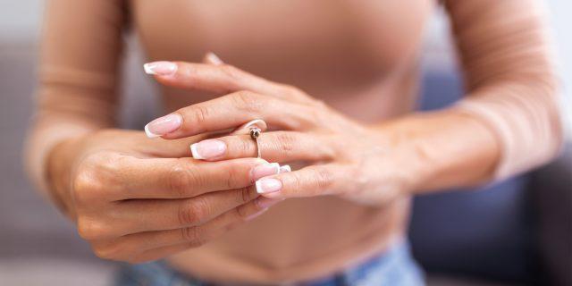 7 способов снять непокорное кольцо с пальца