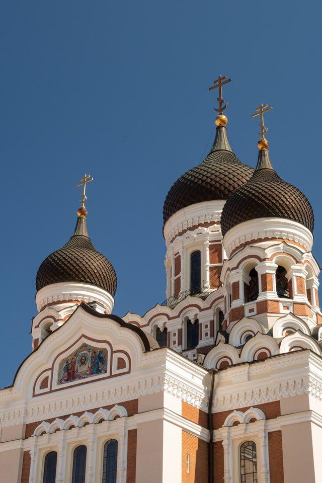 Что означает полумесяц на крестах православных храмов?