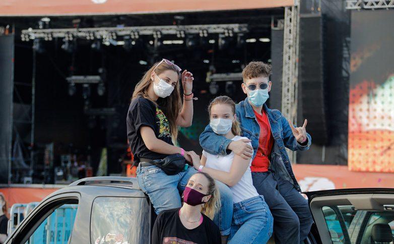 Роспотребнадзор попросил ходить на концерты и в театры только в масках