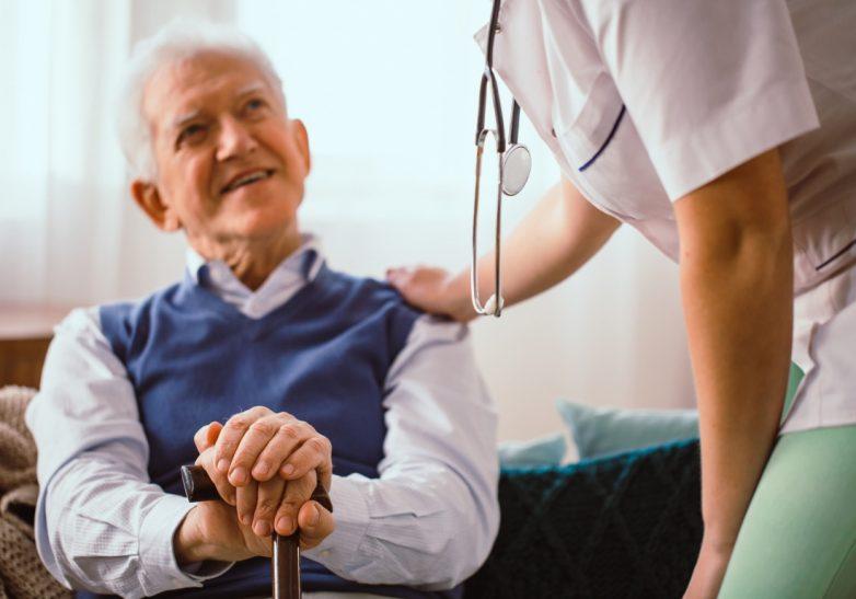 Врач рассказал, как снизить риск заражения и тяжелых осложнений ковида у пожилых