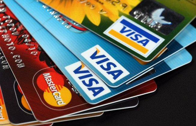 Кто стоит за объявлениями о покупке «старых банковских карт» и чем опасна их продажа?