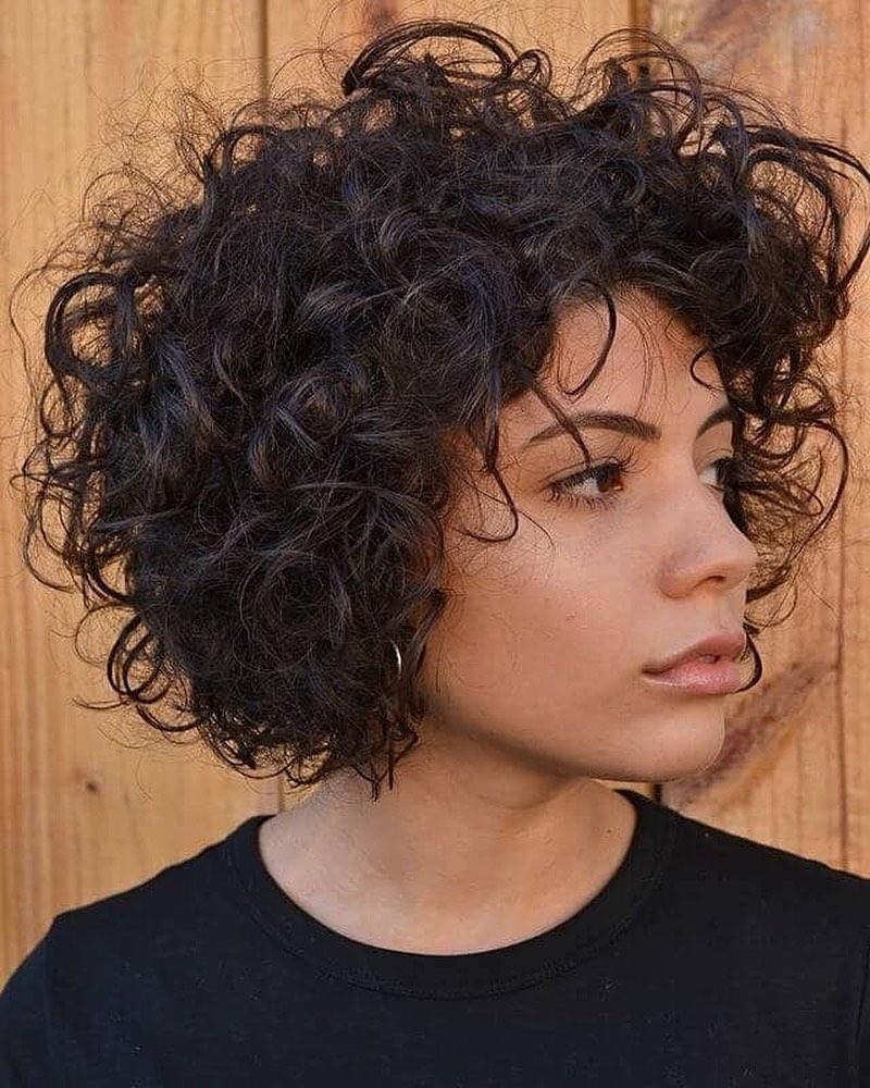 Стильные стрижки на вьющиеся волосы